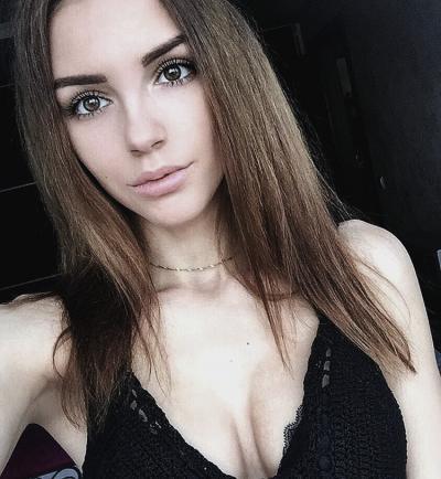 tub-kartinki-devchat-v-lifchikah-porno