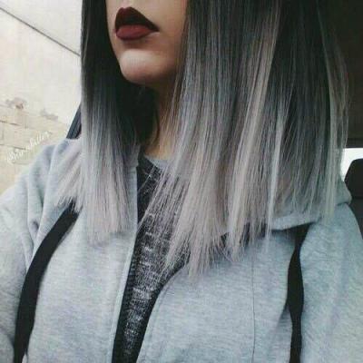 Девушка с серыми волосами с каре