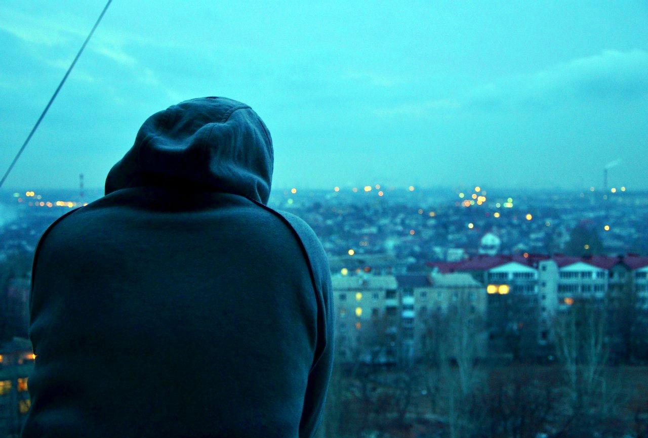 Одиночество мужчина в капюшоне фото