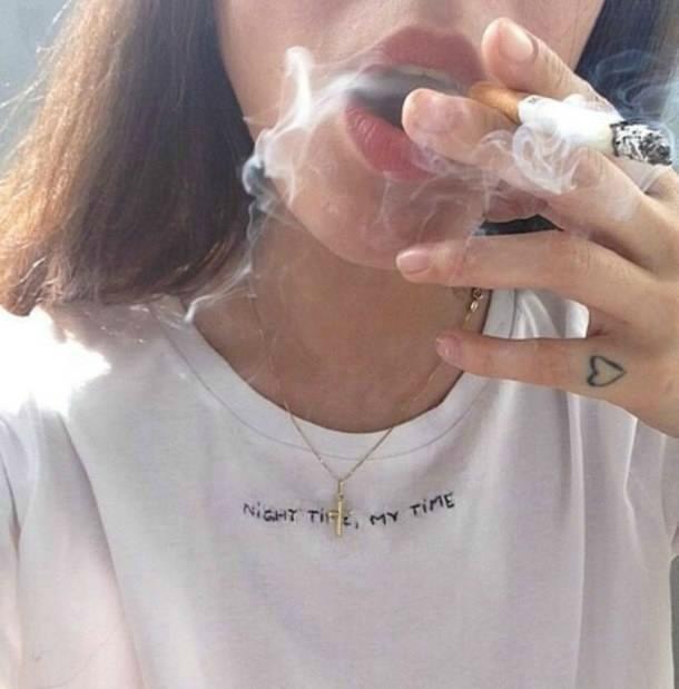 Фото девушка курит на аву без лица