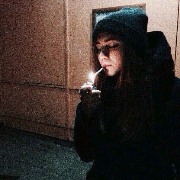 Девушка курит без лица на аву в вк